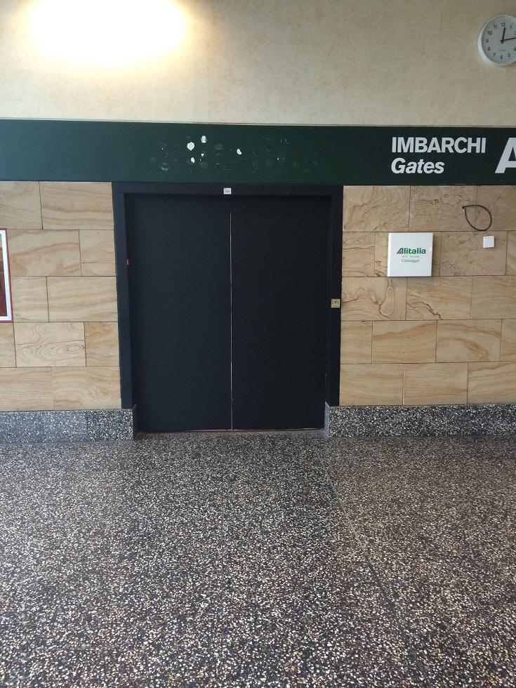 Entrée du salon Alitalia à Milan Malpensa, côté Schengen… Lui aussi fermé !