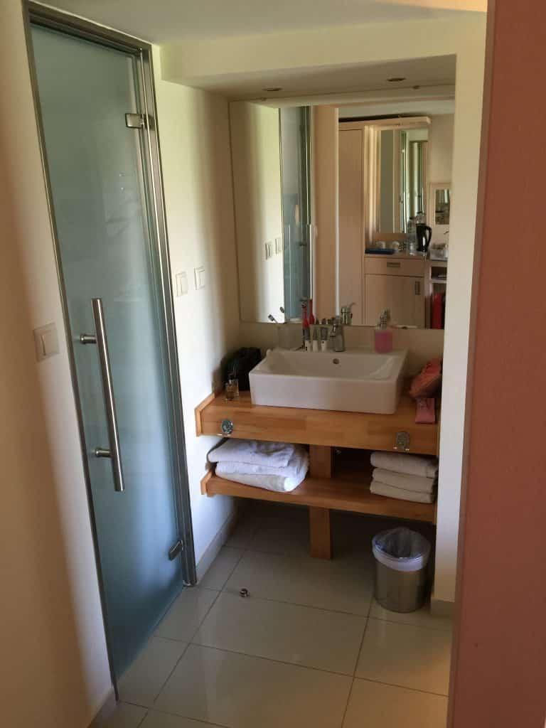 Espace salle d'eau dans l'espace parental du Mayor Capo di Corfu