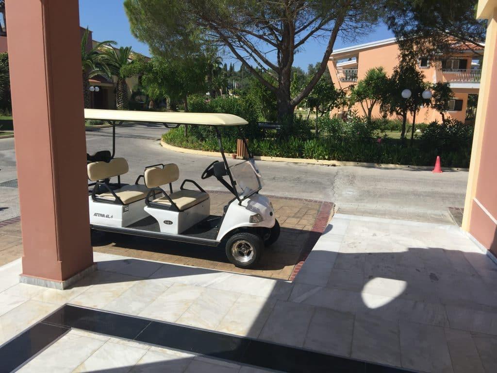 Buggy permettant de transférer les clients et leurs bagages entre la réception de l'hôtel et les différentes petites maisons